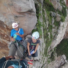 福利社,第一洞 Getting comfortable on top of Commissionary Crack, First Cave