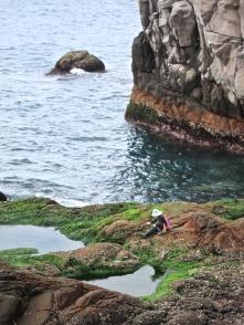 """超帥的""""海女""""阿姨 Local strong grannies, typically seen around Long Dong with their big bags of hand-picked seaweed"""