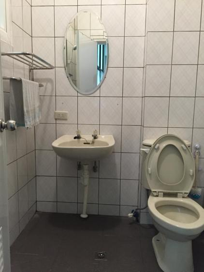 2 shared shower rooms
